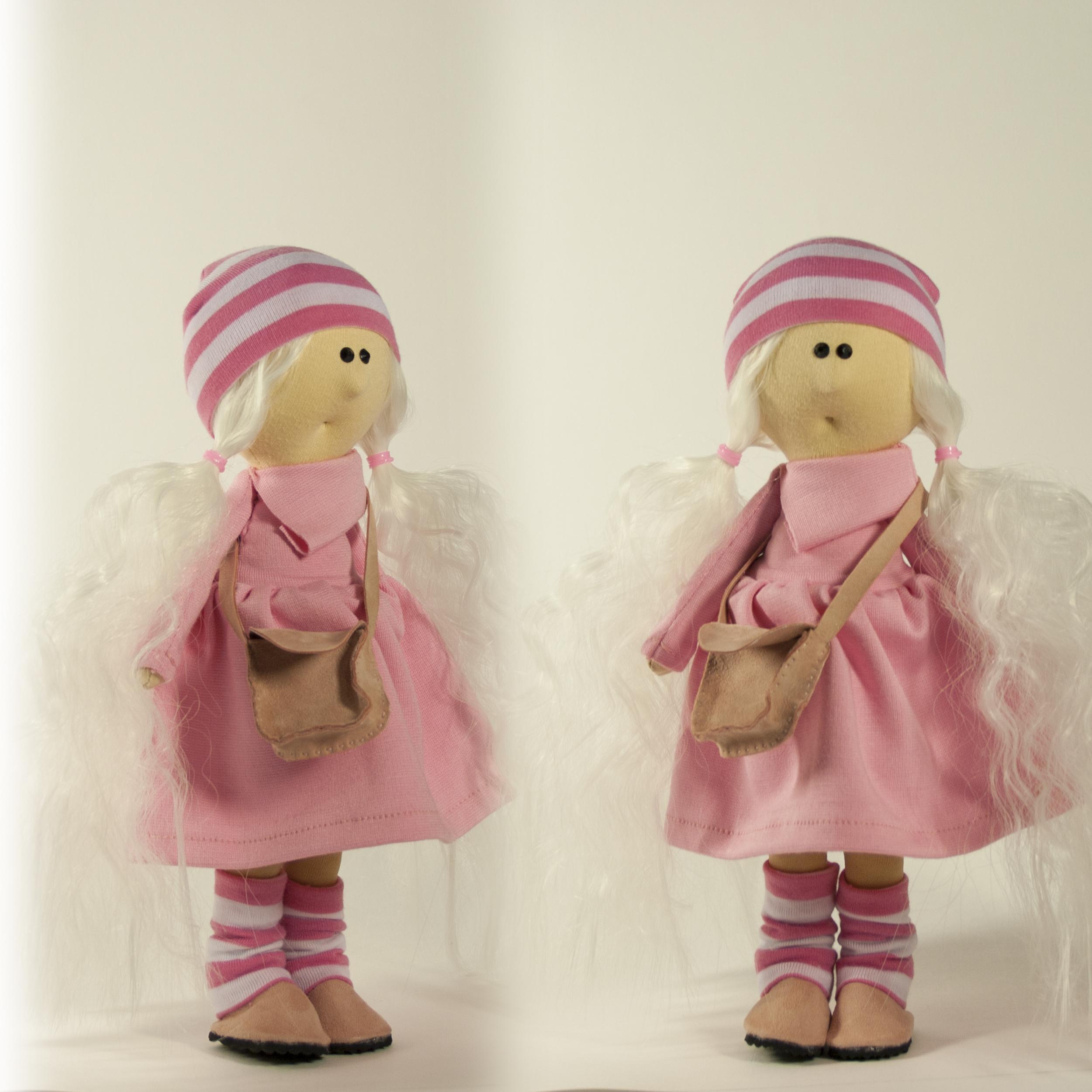 Блондиночку в розовом разводят